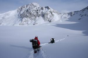 winter-hike-1796562_1280