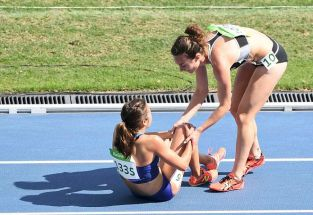 2016 Rio Olympics - Athletics - Preliminary - Women's 5000m Round 1 - Olympic Stadium - Rio de Janeiro, Brazil - 16/08/2016. Nikki Hamblin (NZL) of New Zealand stops to help Abbey D'Agostino (USA) of USA. REUTERS/Dylan Martinez FOR EDITORIAL USE ONLY. NOT FOR SALE FOR MARKETING OR ADVERTISING CAMPAIGNS. - RTX2L8F9