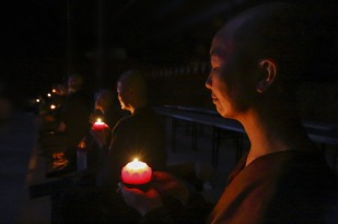 nuns-with-candles-1826566_1280